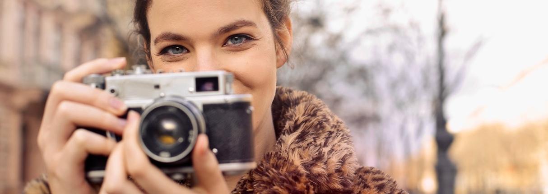 Frau mit Spiegelreflex-Kamera
